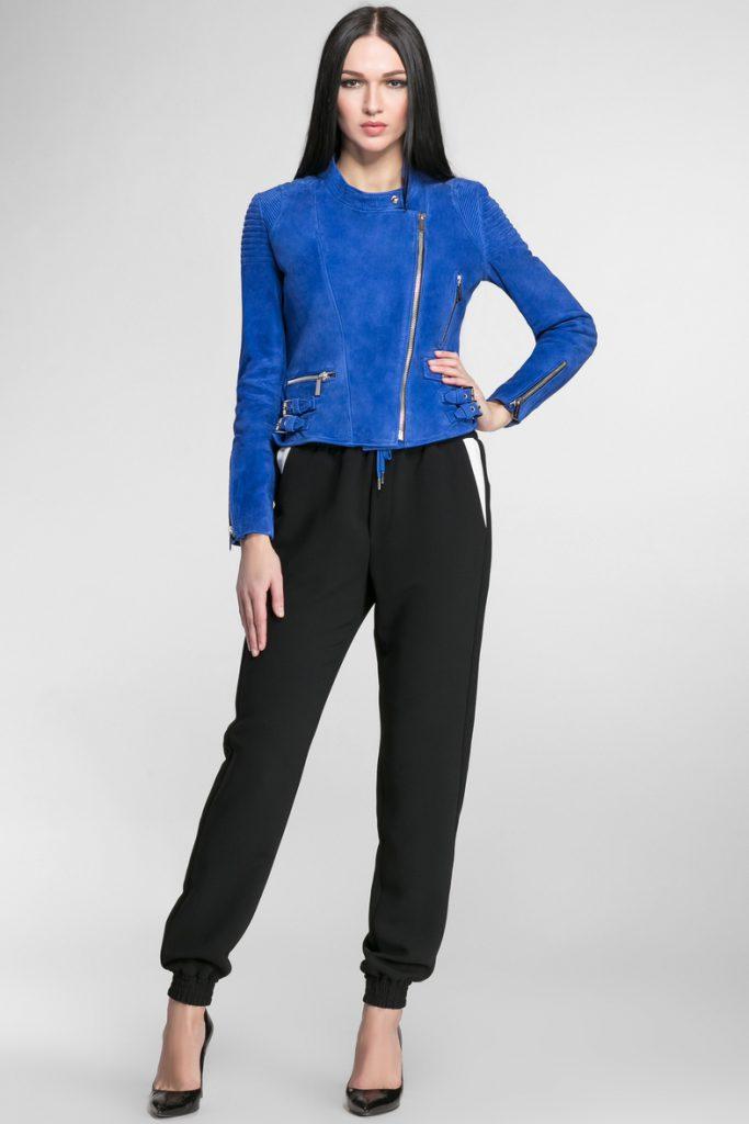 Синяя замшевая куртка с черными брюками