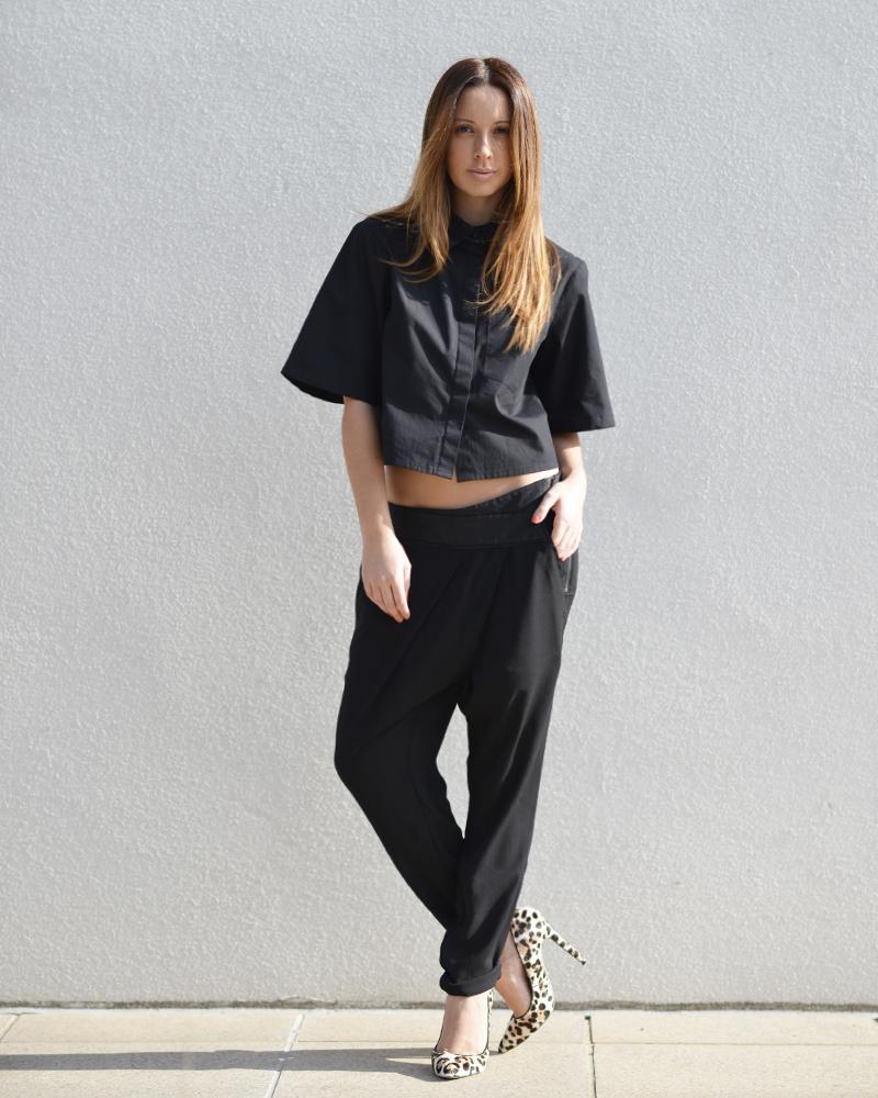 Леопардовые замшевые туфли с черной одеждой
