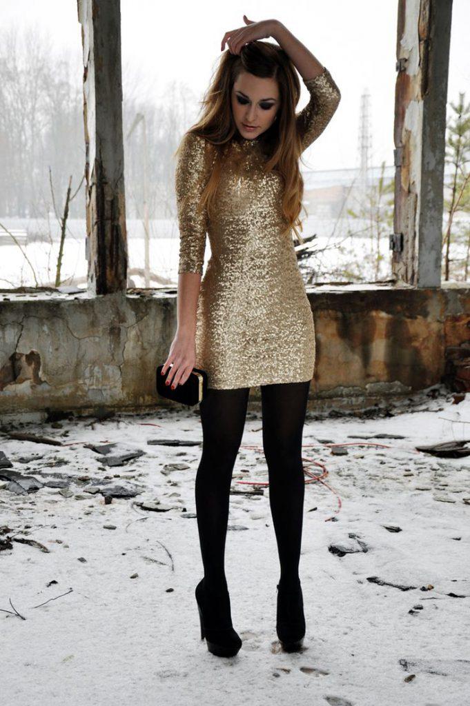 Черные замшевые туфли с золотистым платьем