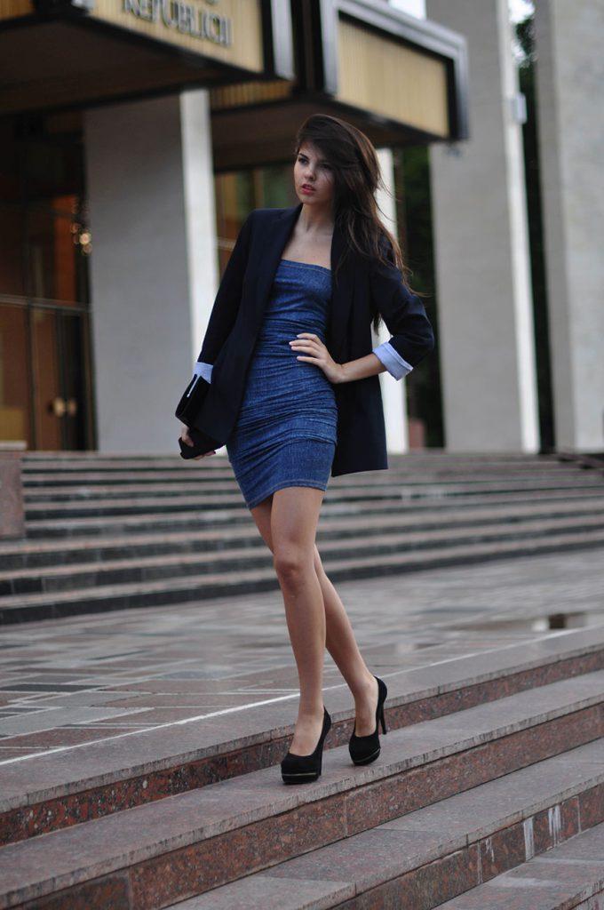 Черные замшевые туфли с джинсовым платьем