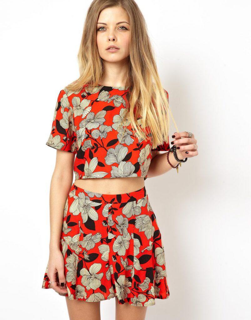 Красный топ с цветочным принтом