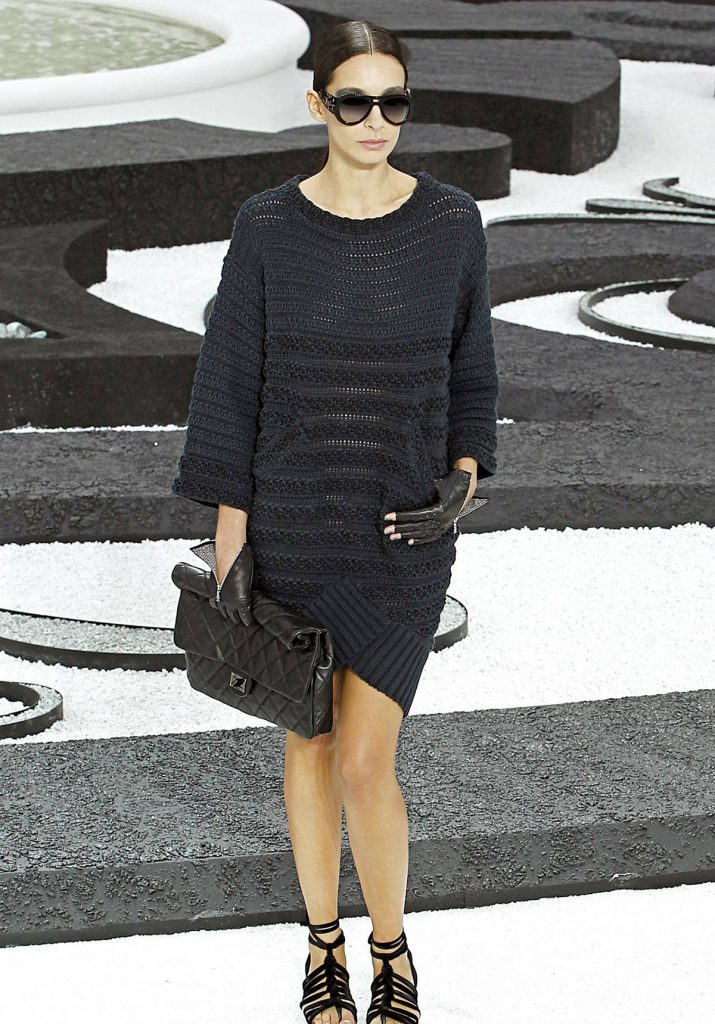 Модное черное вязаное платье