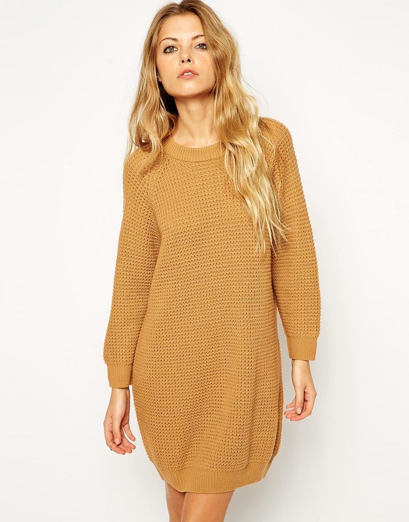 Горчичное вязаное платье