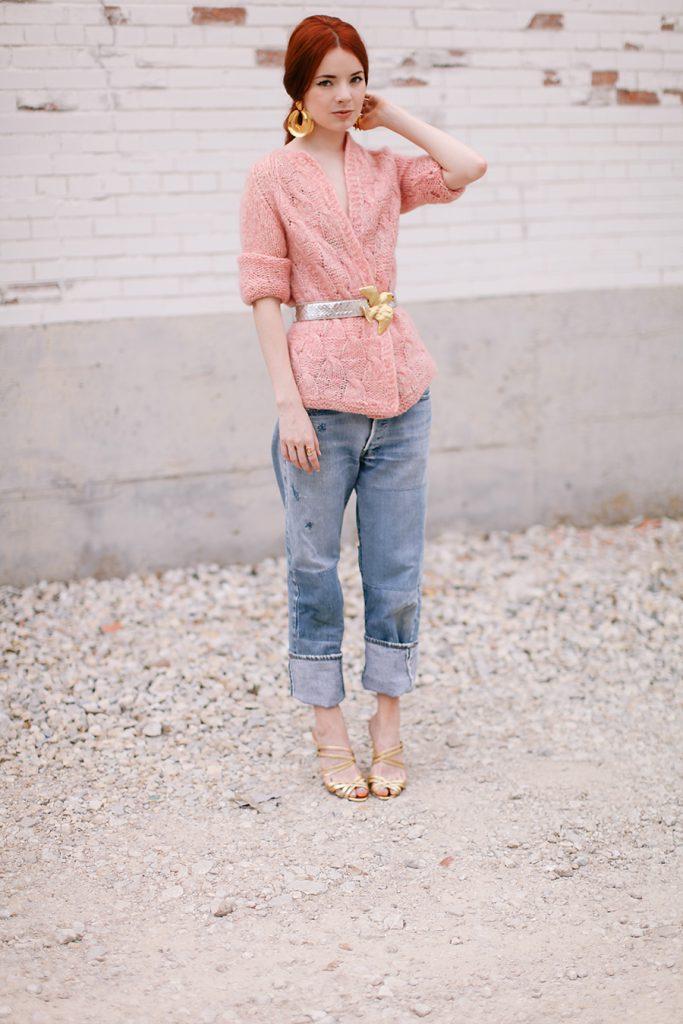 Золотистые босоножки с джинсами