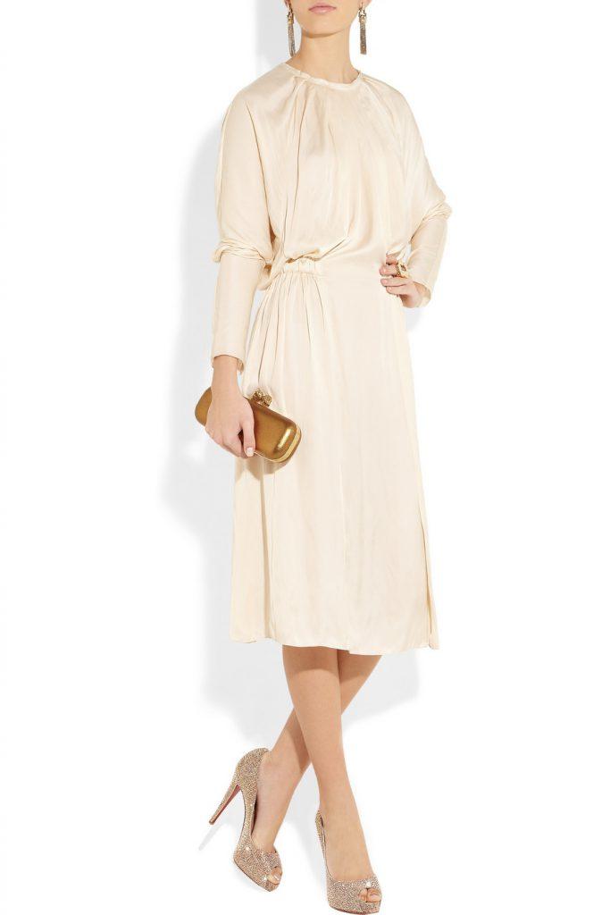 Золотые босоножки с бежевым платьем