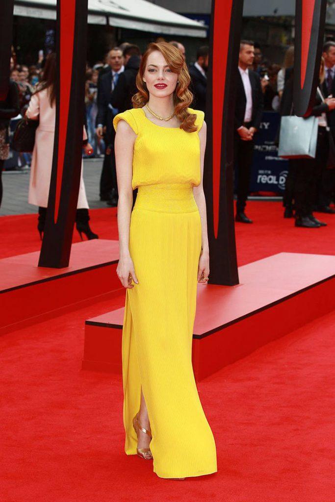 Золотые босоножки с желтым платьем