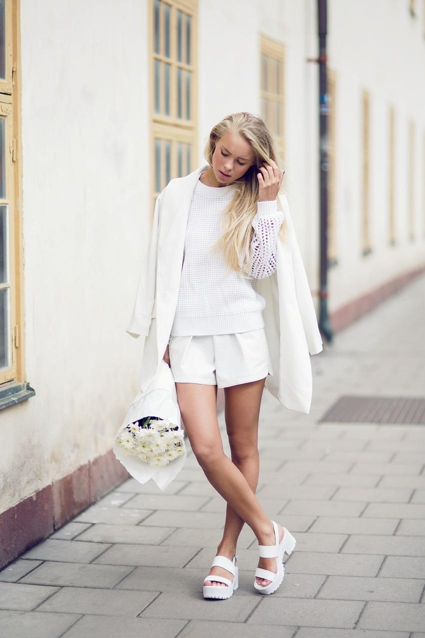 Белые босоножки на низком каблуке