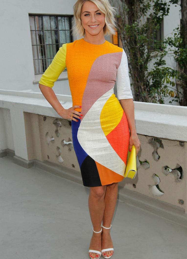 Белые босоножки с разноцветным платьем