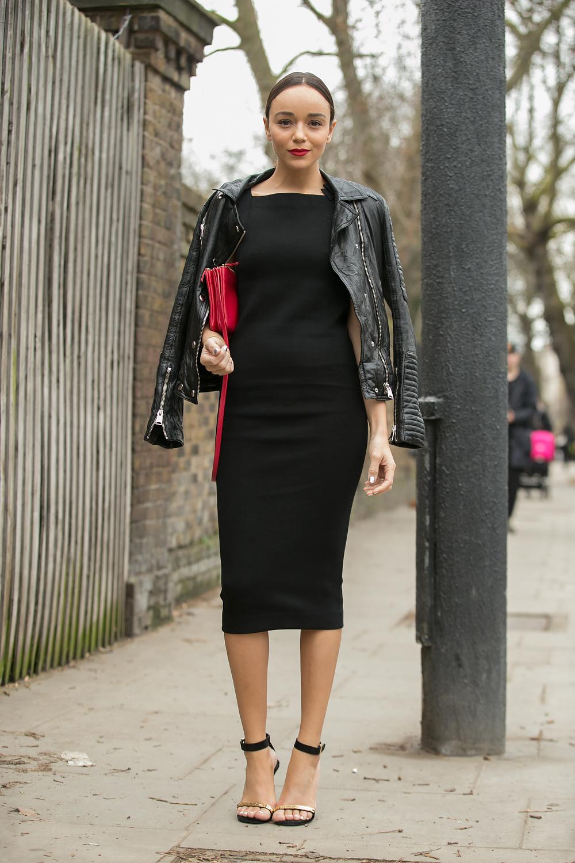 Черные босоножки с черным платьем и курткой