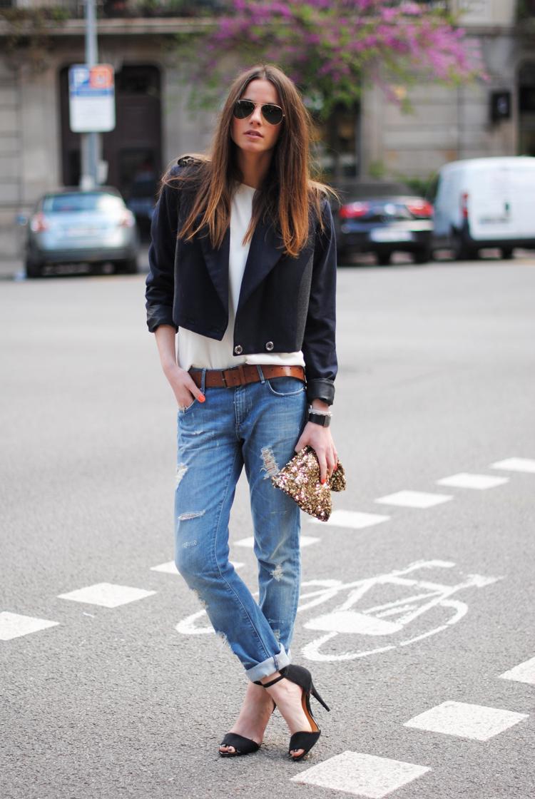 Черные босоножки на шпильке с джинсами