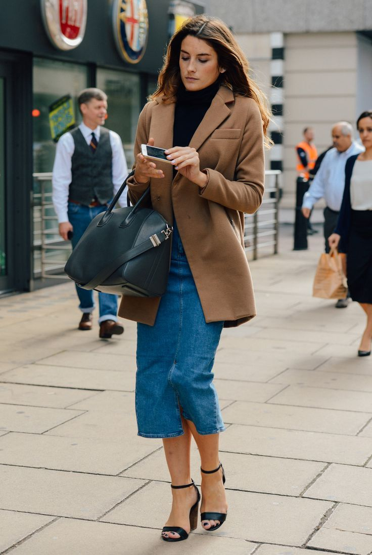 Черные босоножки на толстом каблуке с джинсовой юбкой и жакетом