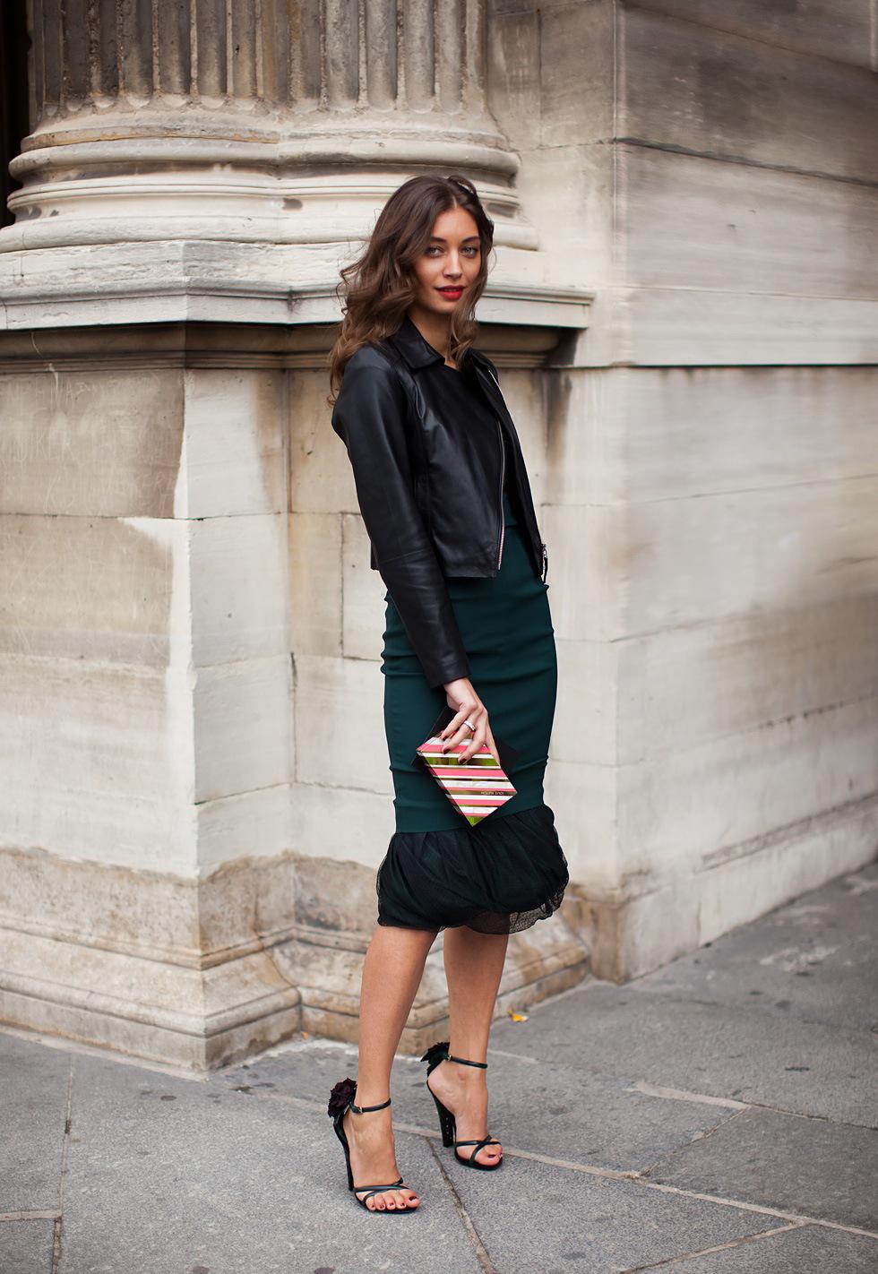 Черные босоножки с зеленым платьем и черной курткой