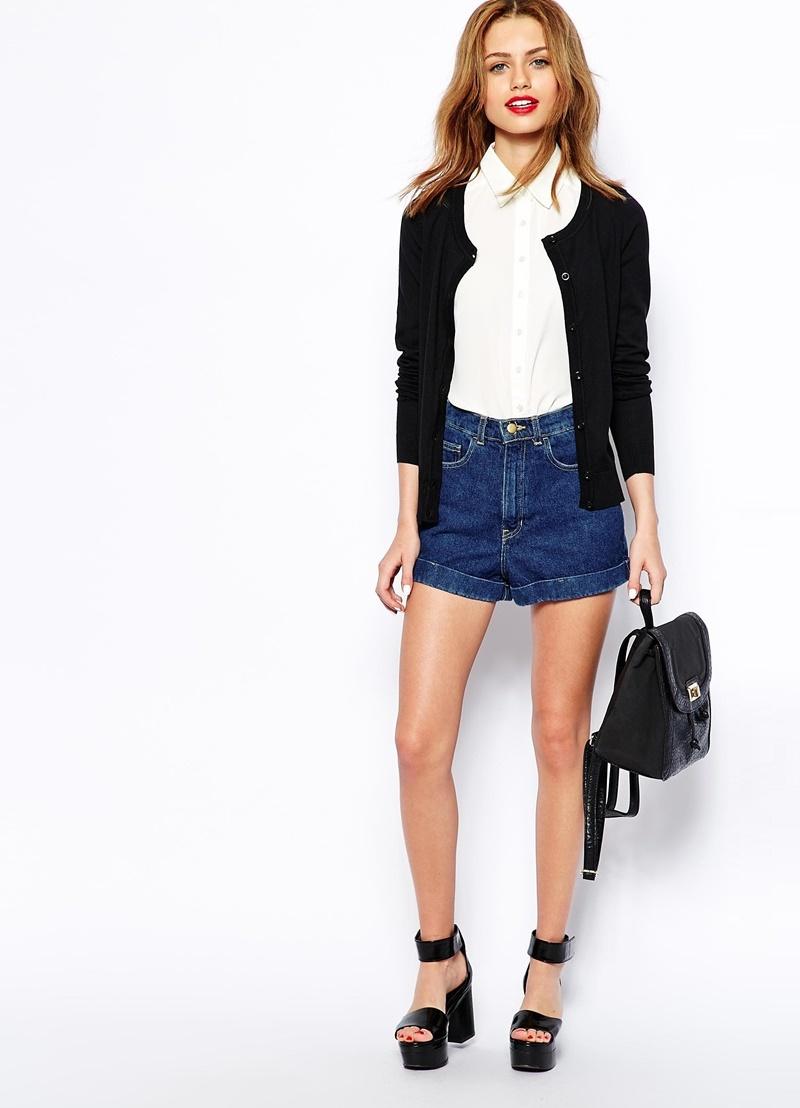 Черные босоножки на толстом каблуке с джинсовыми шортами