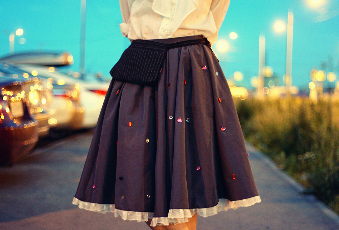 Украшение юбки-клеш стразами
