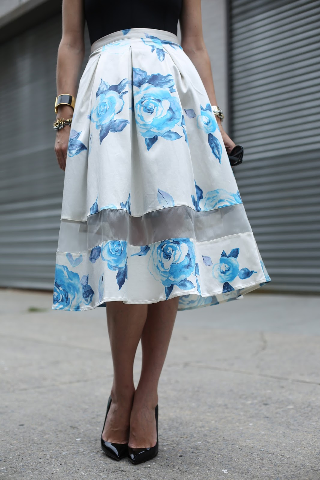 Украшение юбки-клеш вставкой из прозрачной ткани