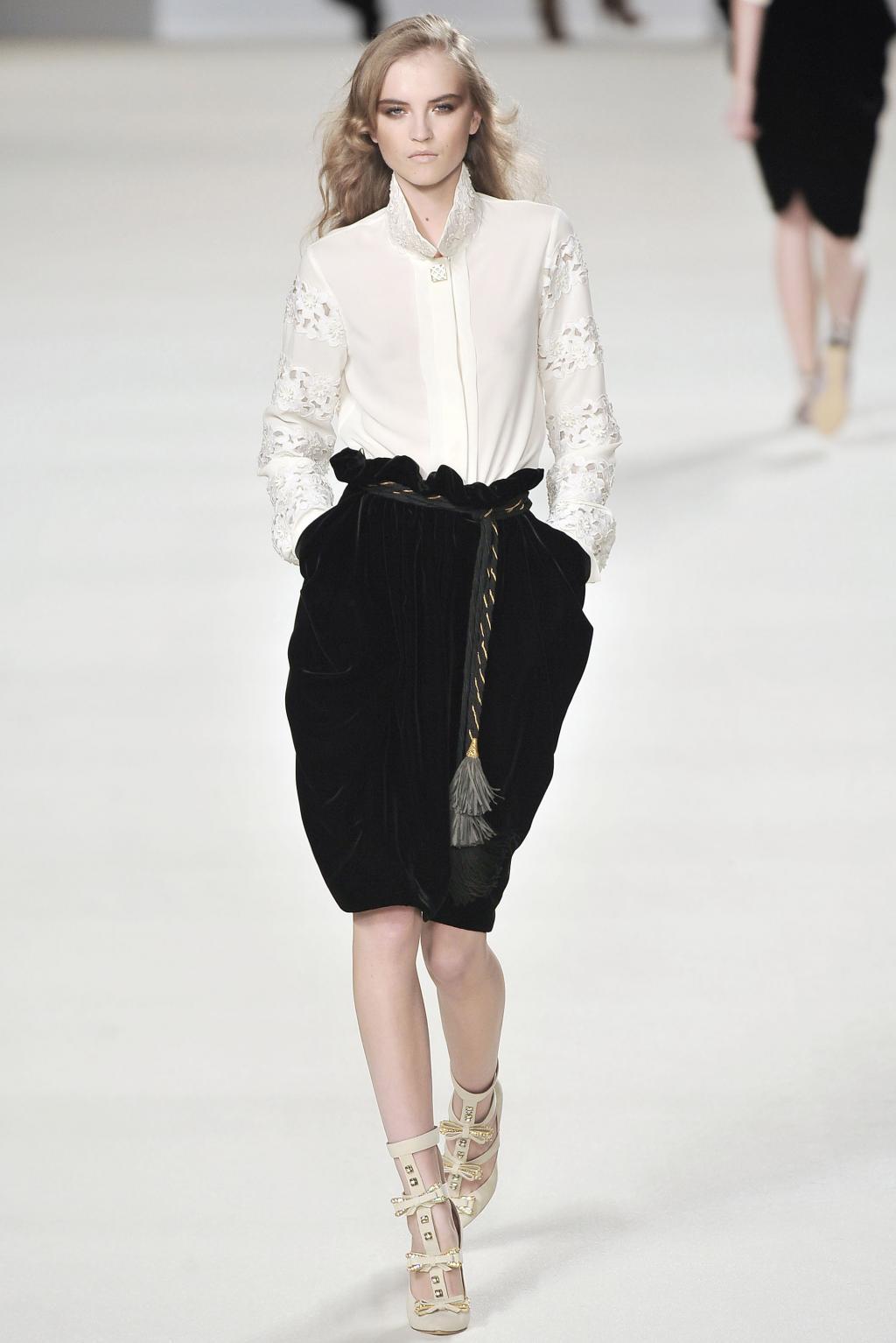 Украшение юбки-тюльпан поясом