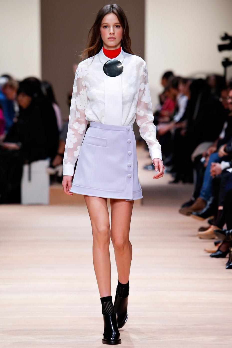 Сиреневая юбка, украшенная пуговицами