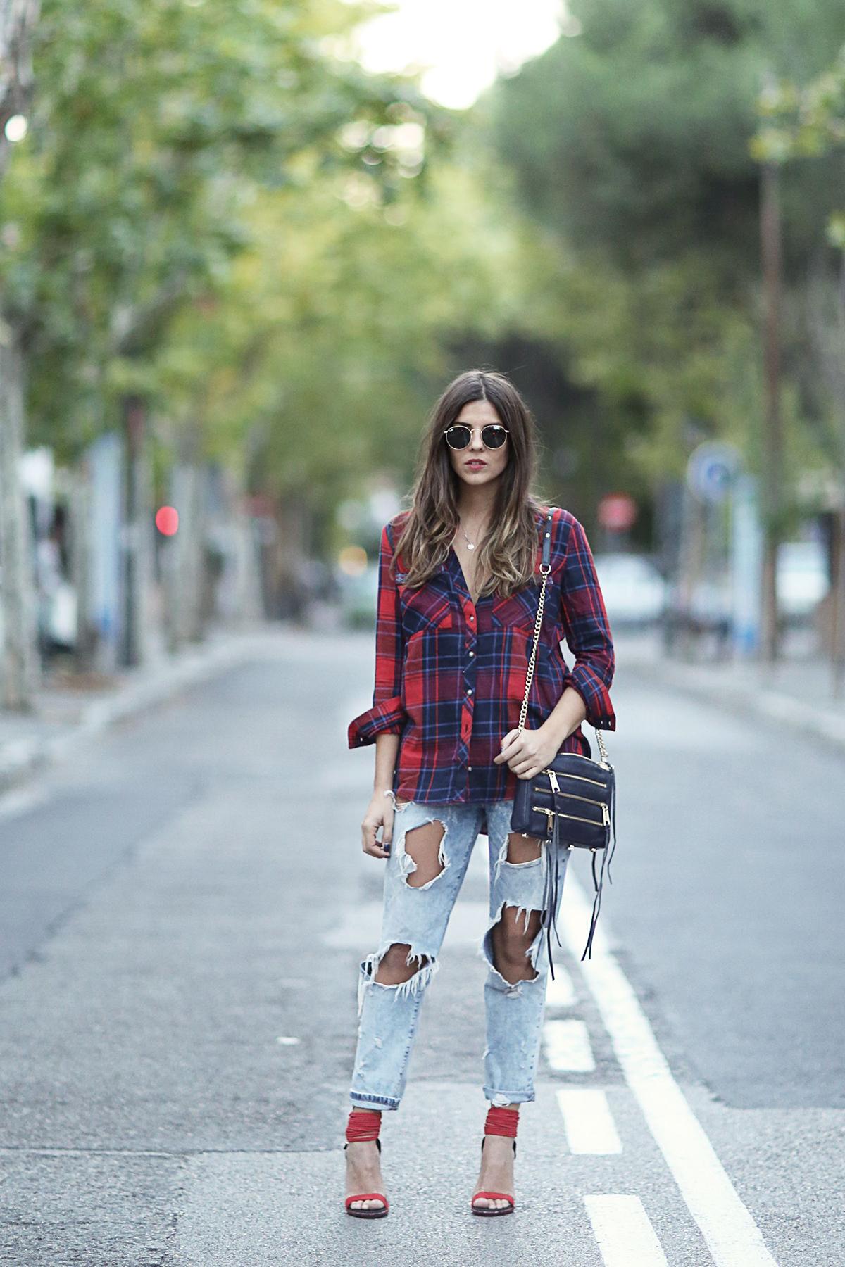 Красные босоножки с рваными джинсами и клетчатой рубашкой