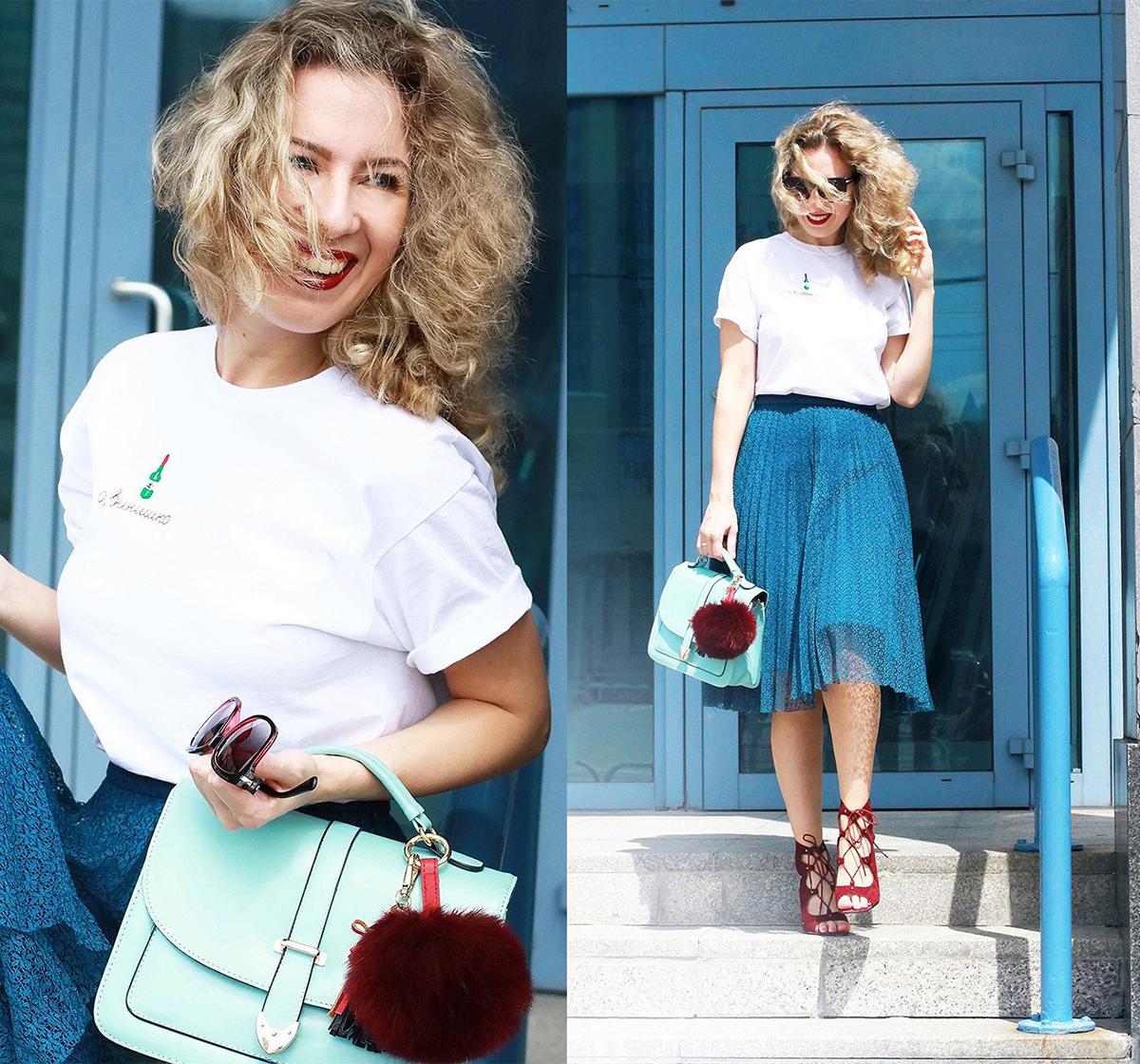Красные босоножки с синей юбкой и белой футболкой