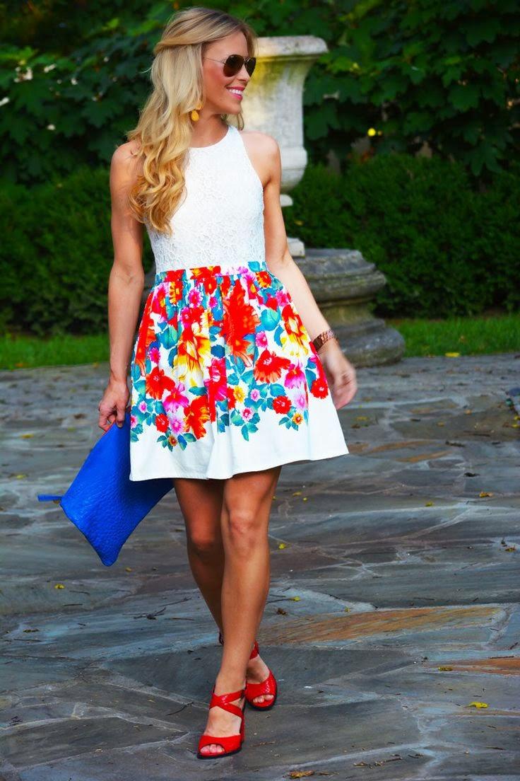 Красные босоножки с цветочной юбкой и белой блузкой