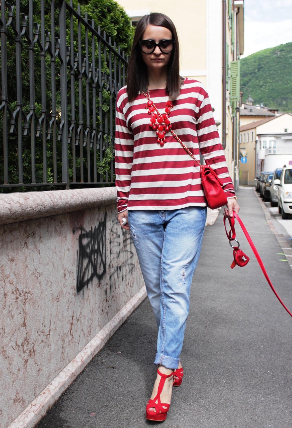 Красные босоножки с джинсами и полосатой кофтой