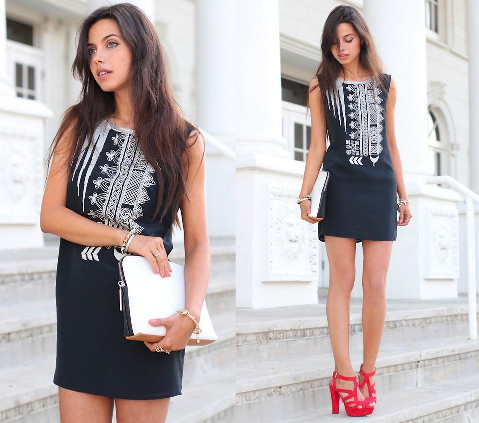 Красные босоножки с черно-белым платьем