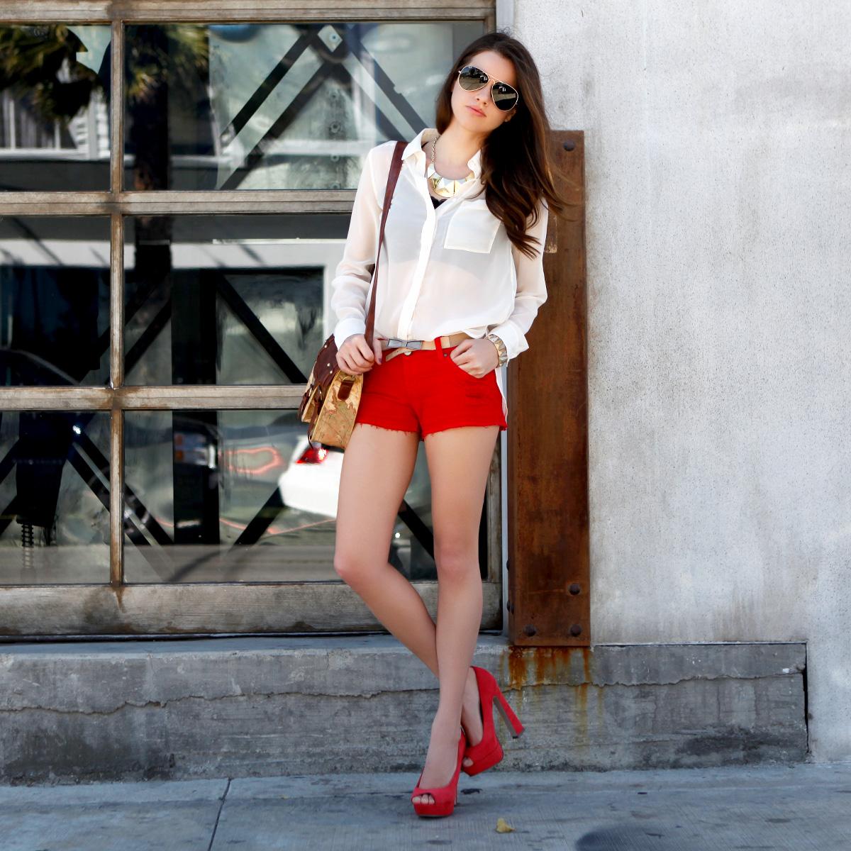 Красные босоножки с красными шортами и белой блузкой