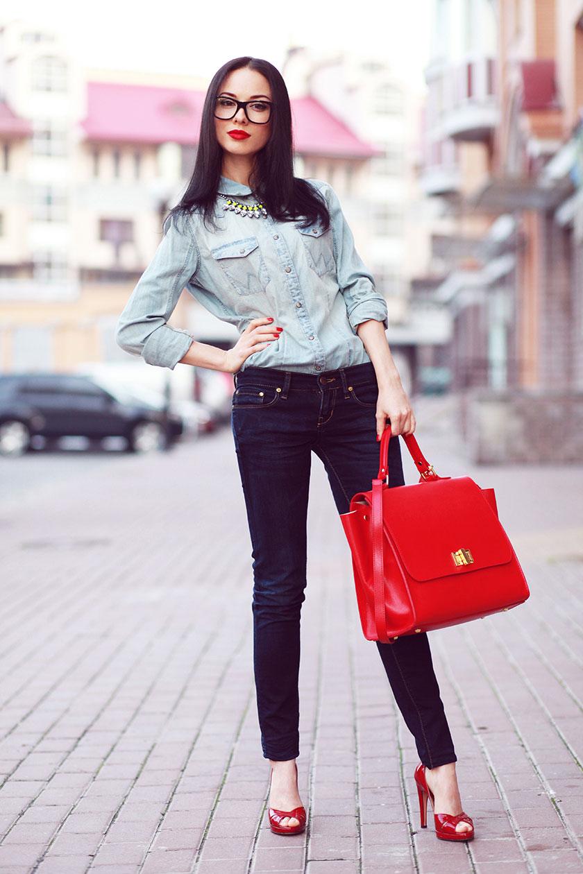 Красные босоножки с джинсами и джинсовой рубашкой