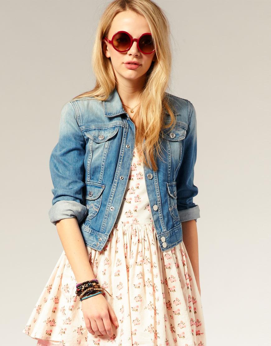 Джинсовая куртка с летним платьем