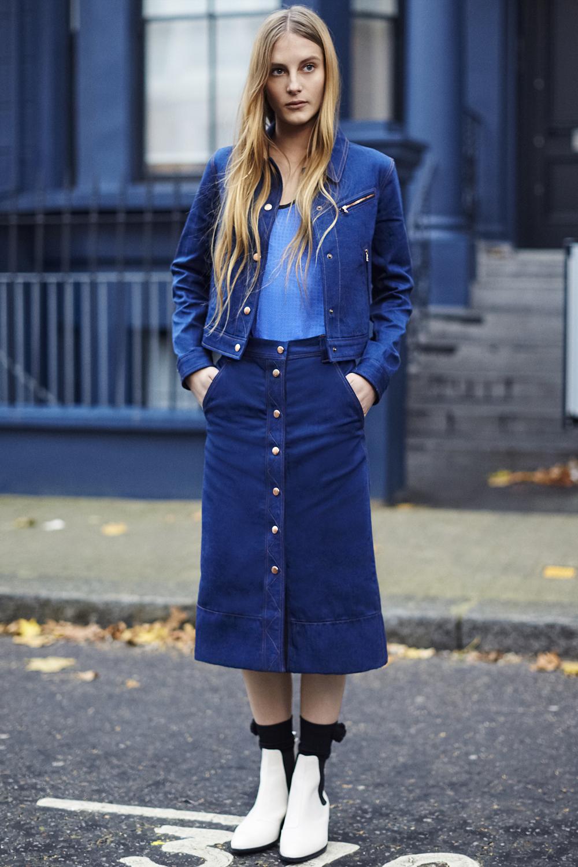 Комплект из синей джинсовой куртки и юбки