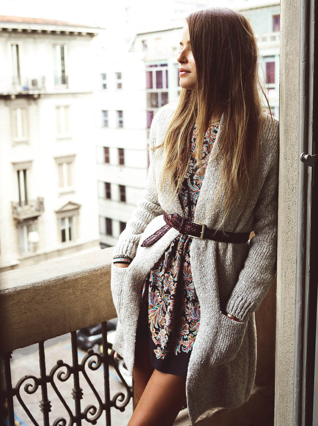 Кожаный плетеный ремень с платьем и кардиганом