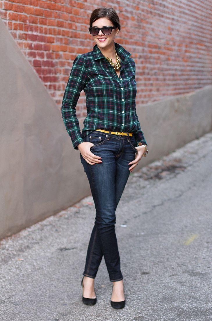 Желтый узкий ремень с джинсами