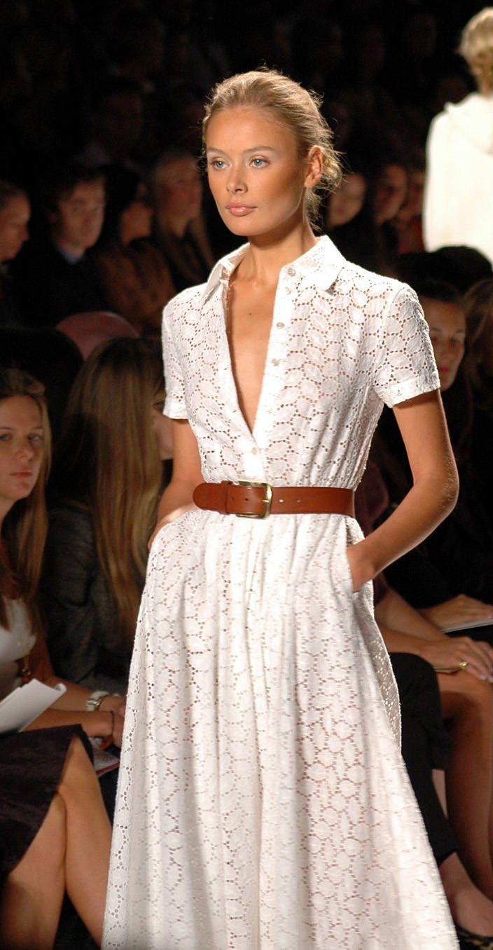 Коричневый ремень средней ширины с белым платьем