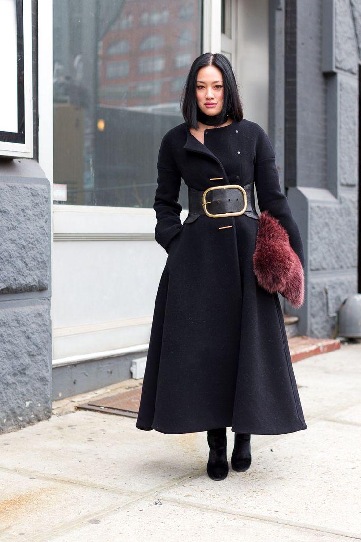 Черное пальто с широким поясом