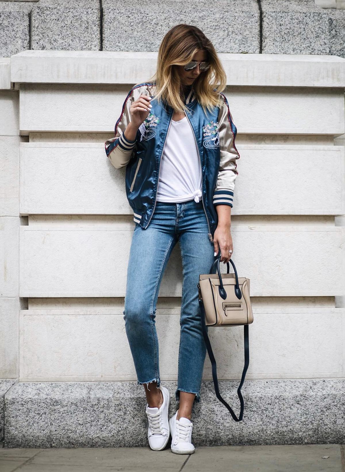 Атласный бомбер с джинсами