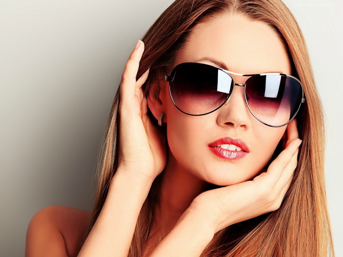 Стильного девушки в очках с фото