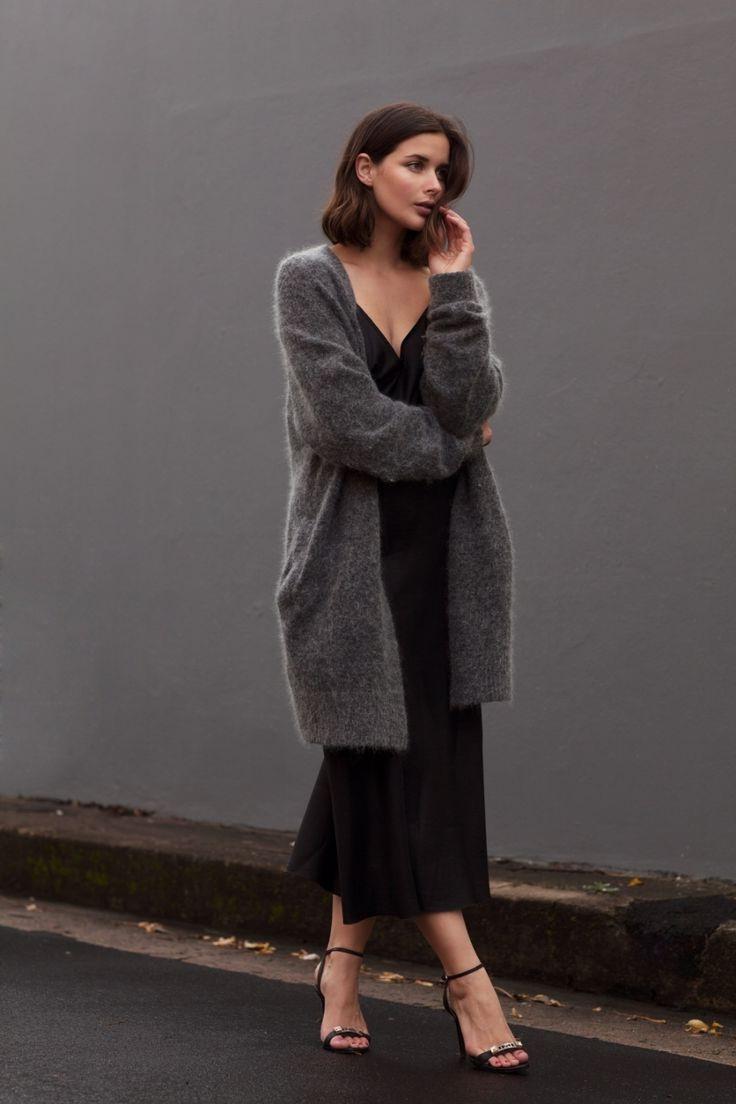 Платье-комбинация в сочетании с удлиненным кардиганом