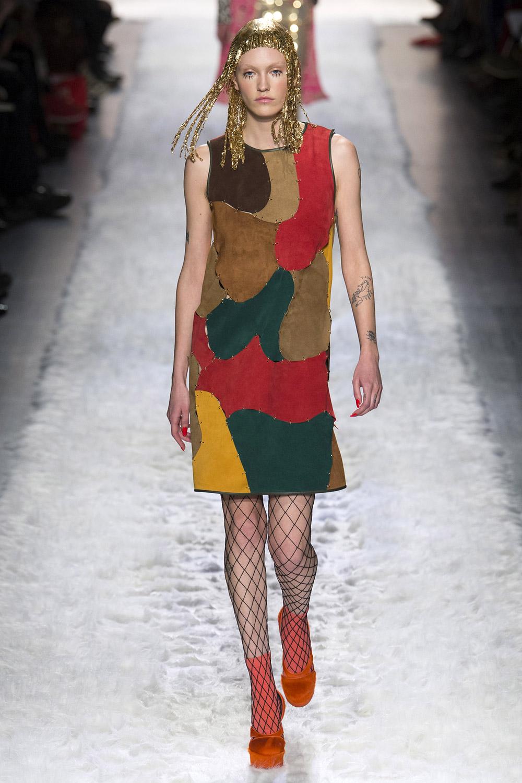 Колготки в сетку с платьем из комбинированной кожи
