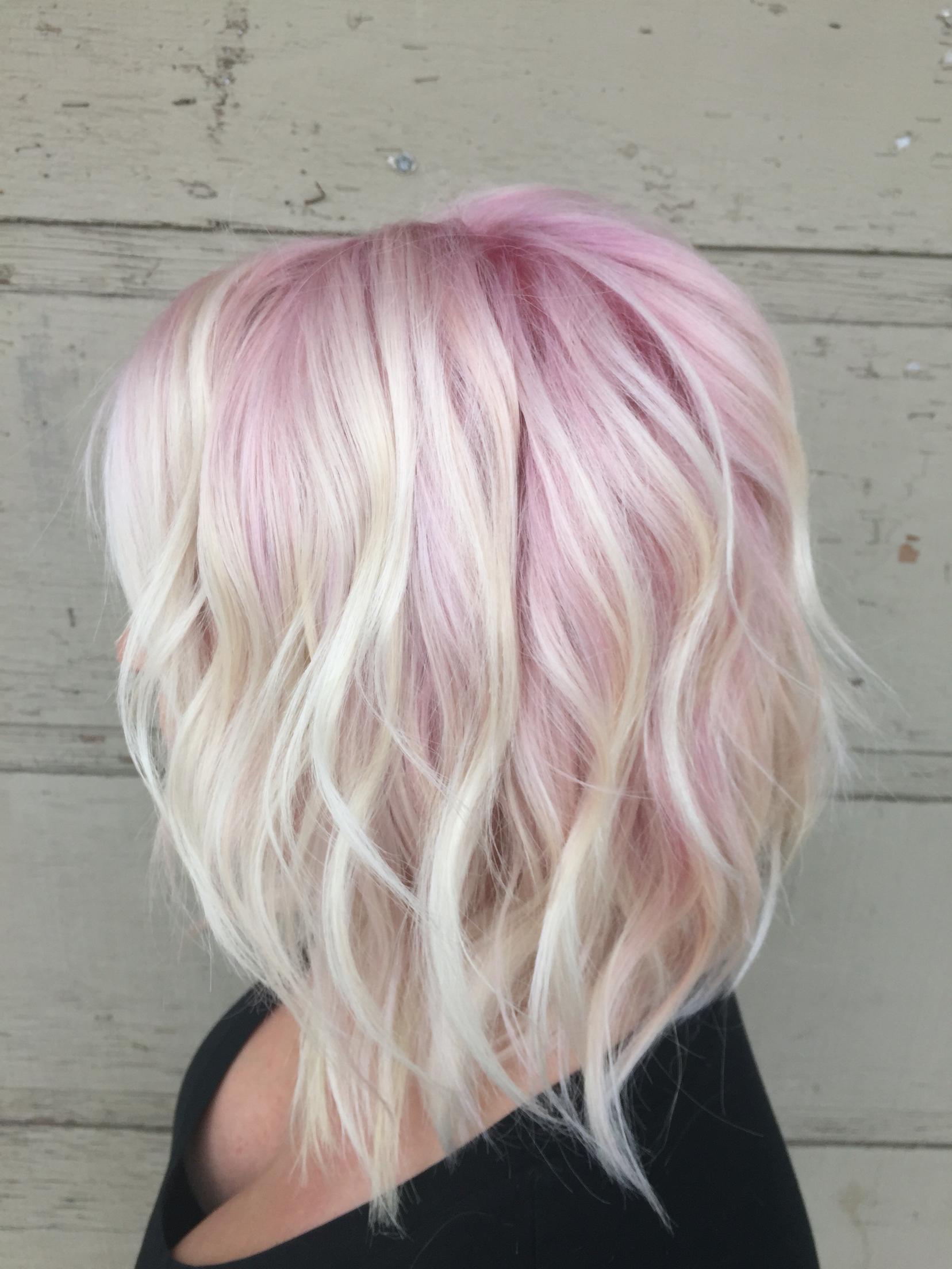 Розовый блонд для стрижки боб