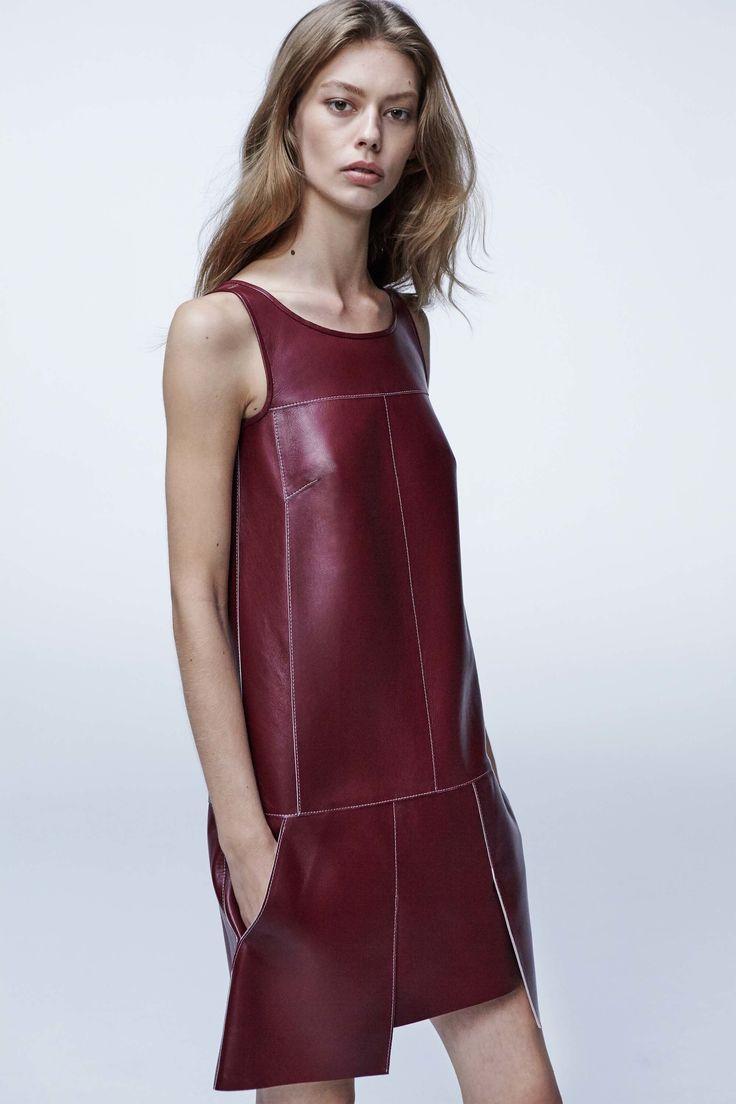 Бордовое асимметричное платье из кожи