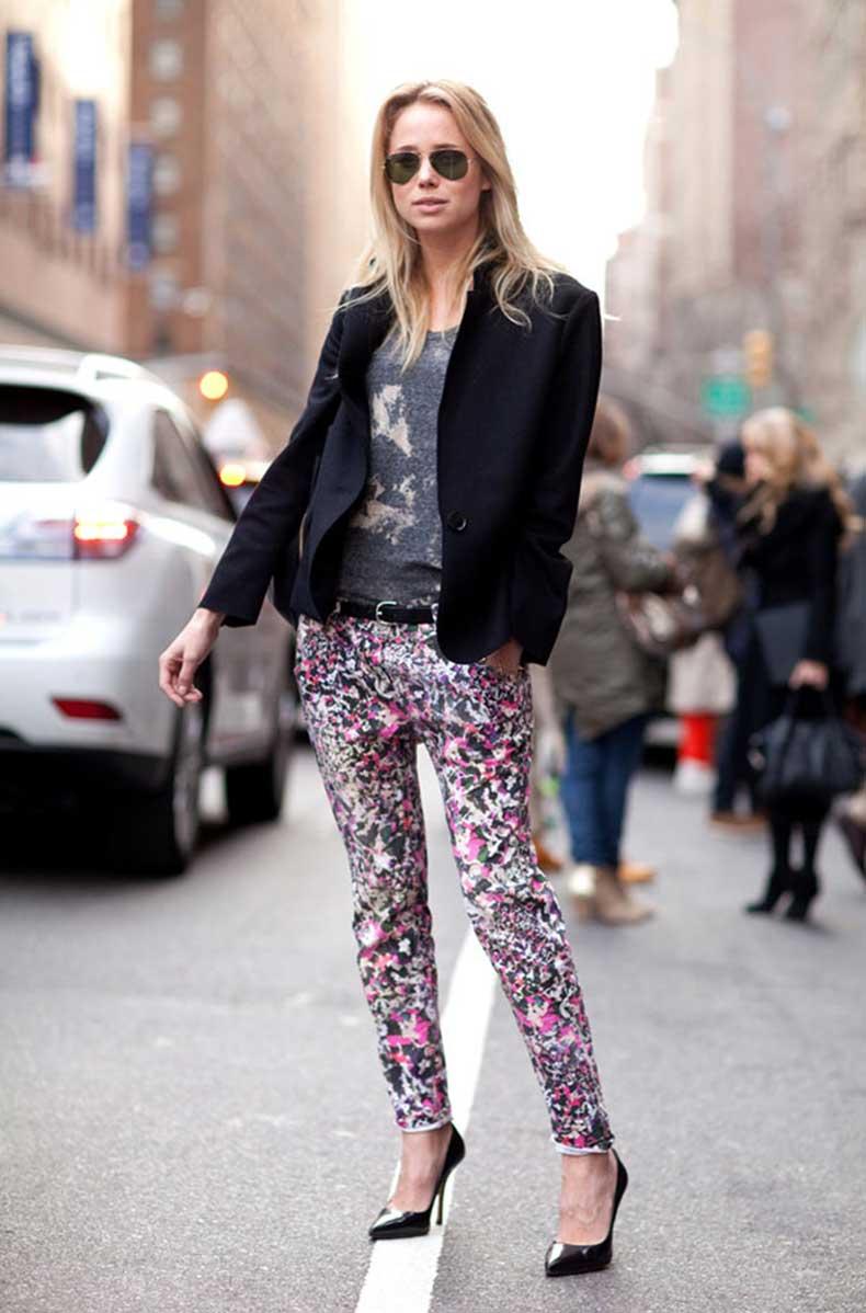 Модные брюки с фиолетовым принтом