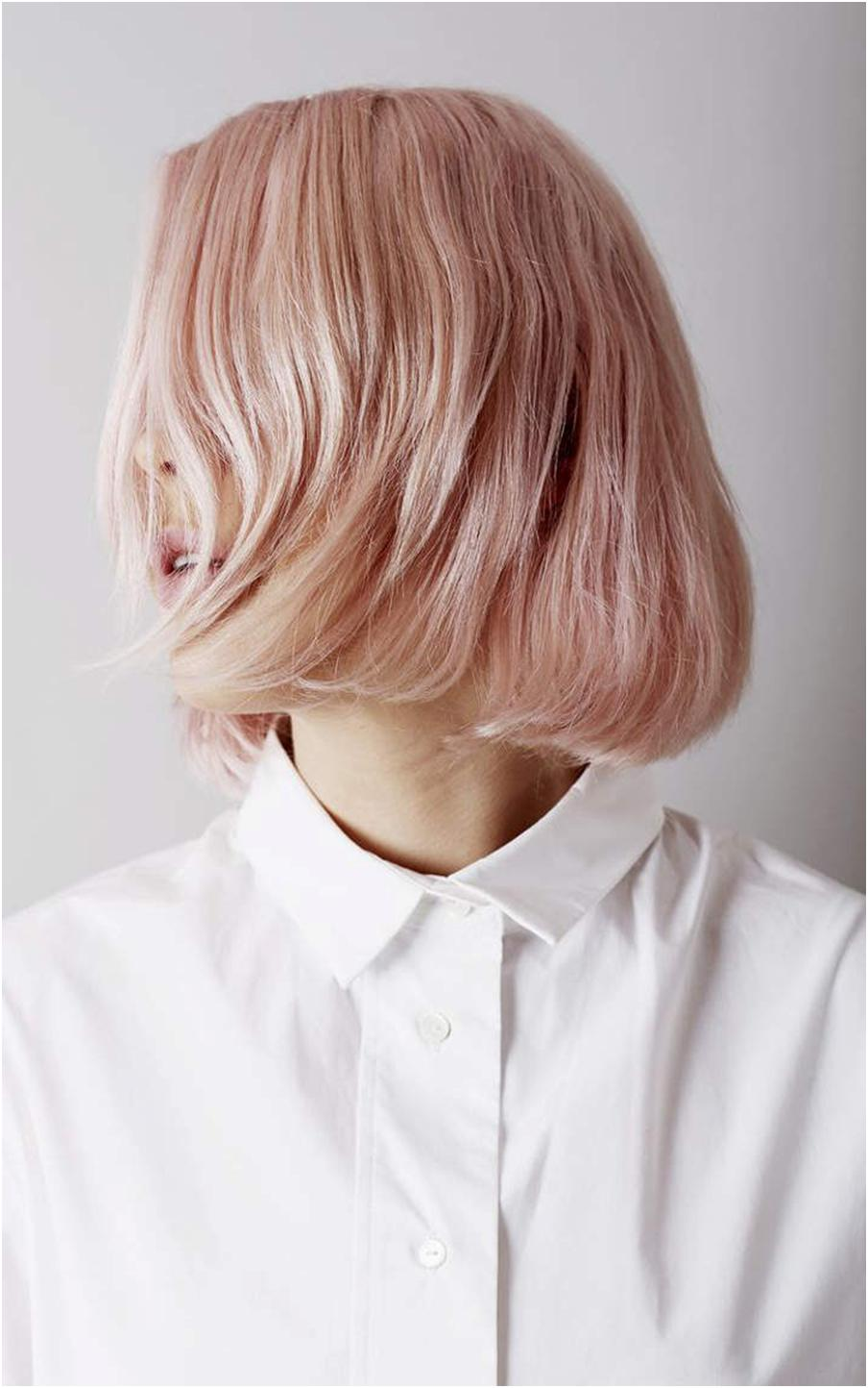 Розовый блонд на коротких волосах