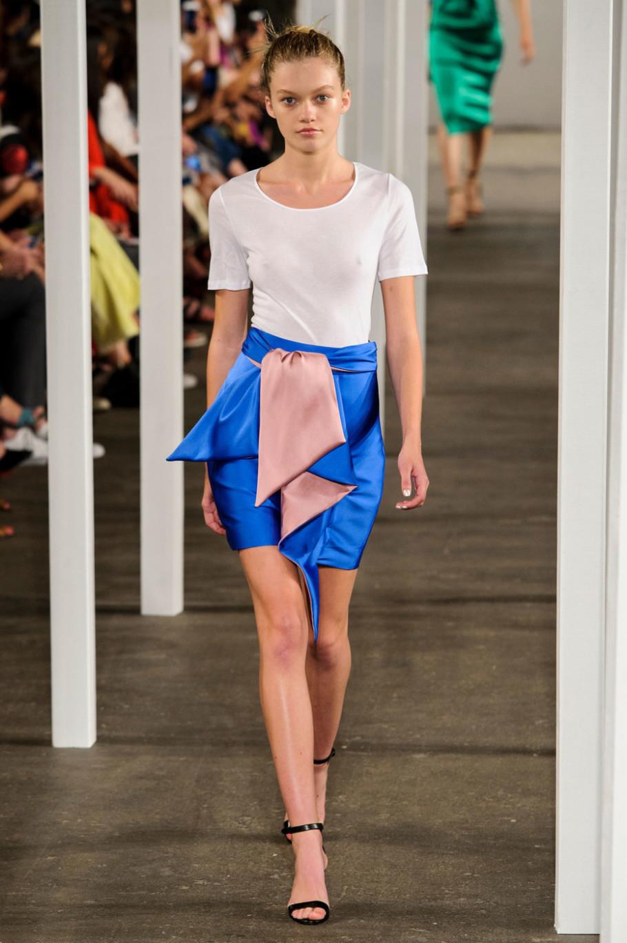 Модная атласная мини-юбка