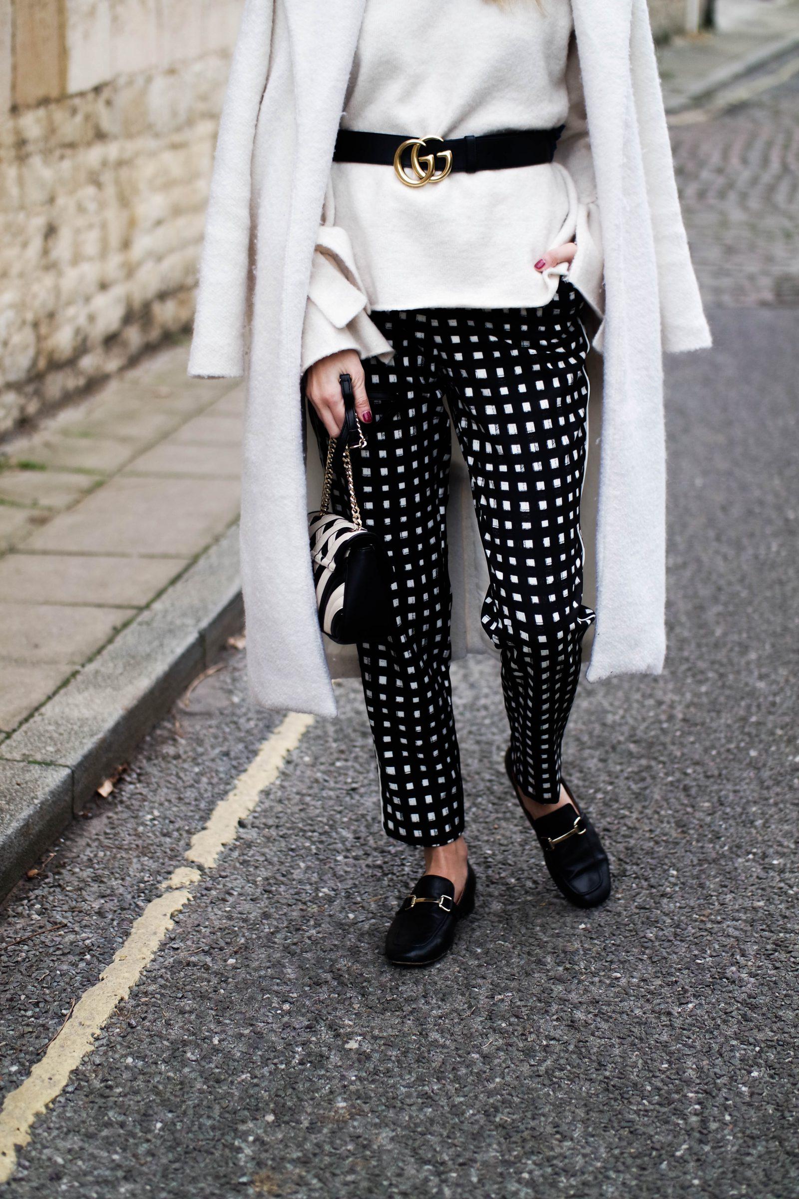 Модные брюки с серебряным принтом