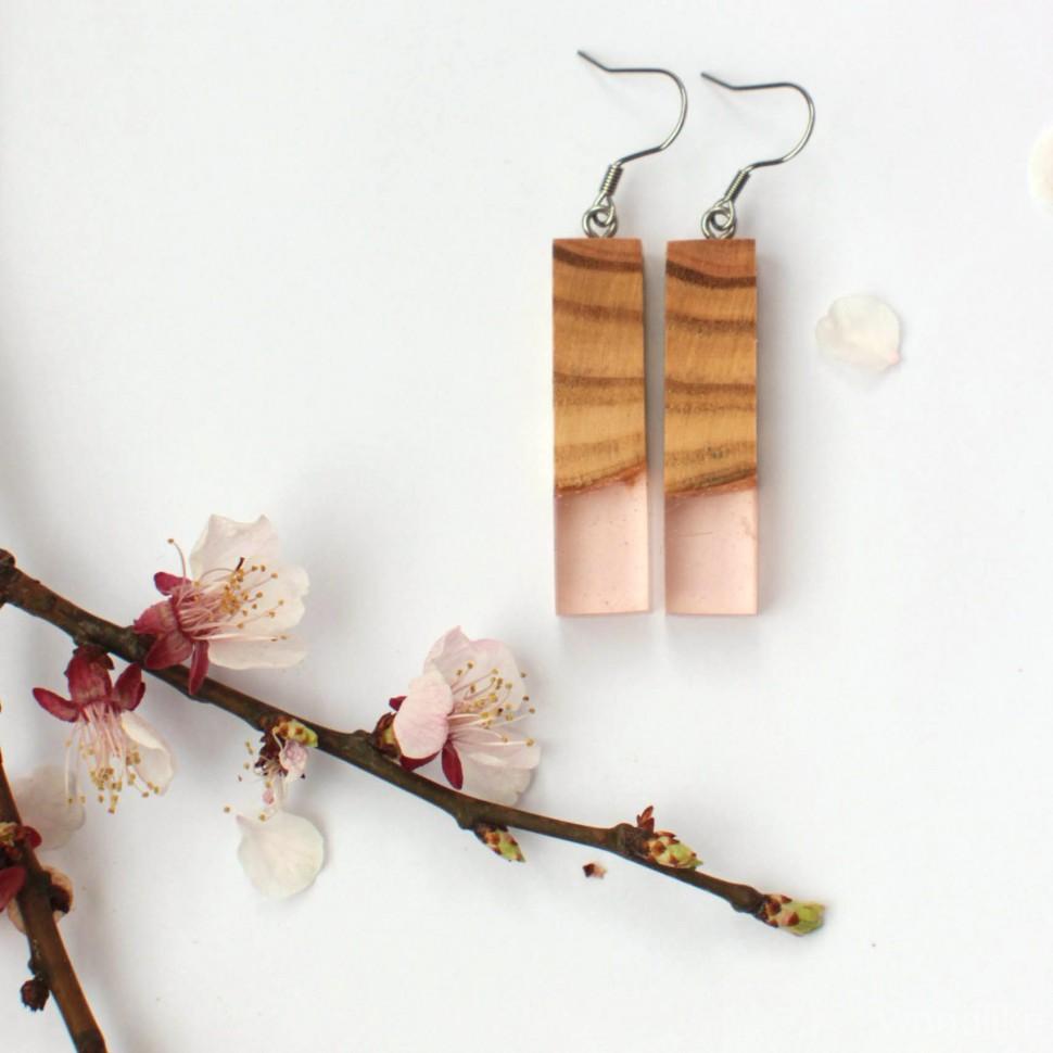Серьги из дерева с камнем