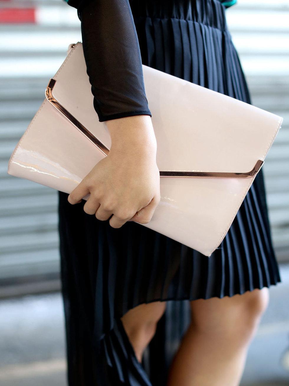 Клатч-конверт из лакированной кожи
