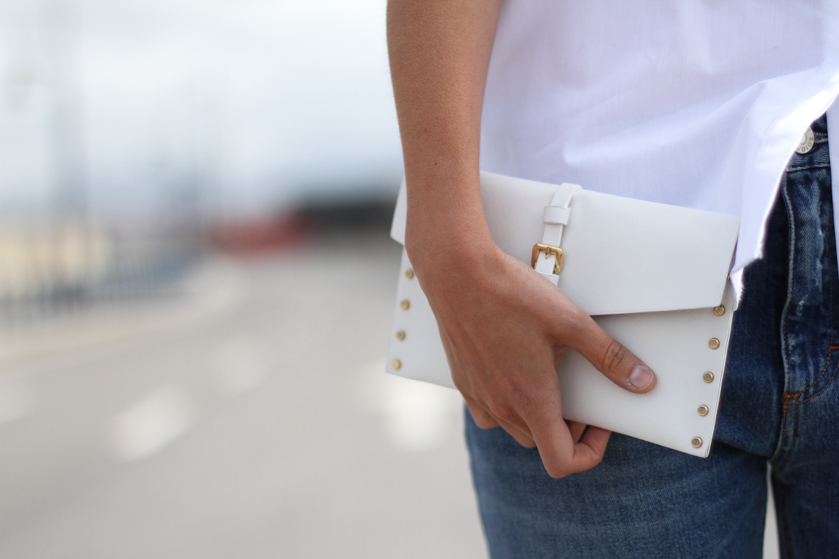 Модный белый клатч в повседневном образе