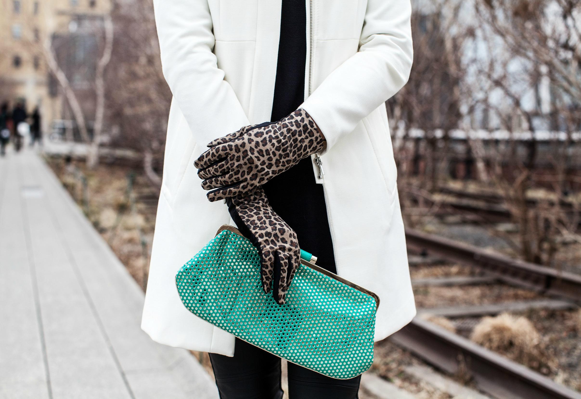 Модные замшевые перчатки с принтом