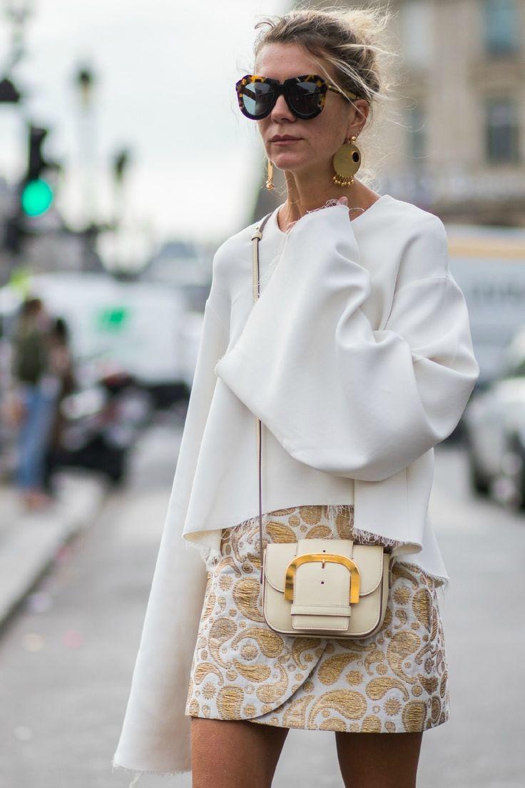 Элегантный клатч белого цвета на ремешке