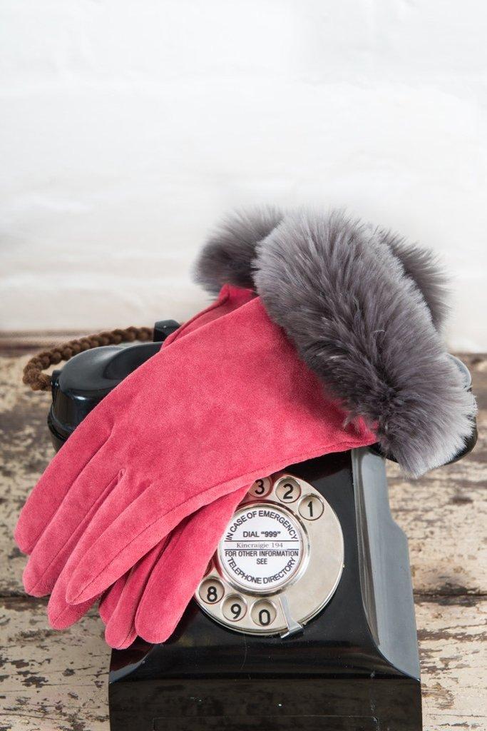 Модные замшевые перчатки розового цвета